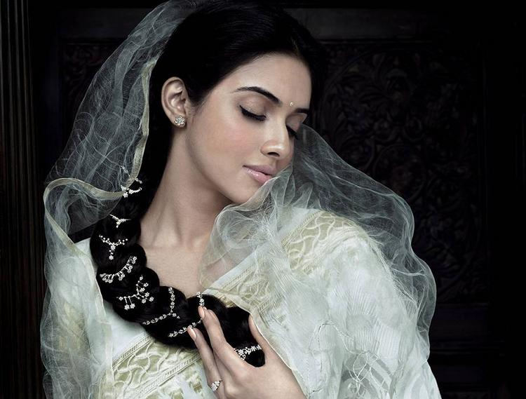 Gorgeous Asin Thottumkal Latest Romantic Look Pic
