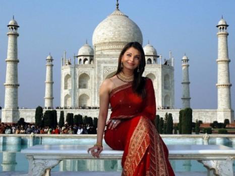 Aishwarya Rai Nice Beautiful Pose In Red Saree