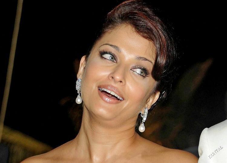 Sexy Queen Aishwarya Rai Cute Look Photo