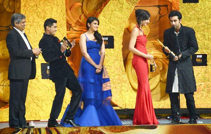 Prateik,Parineeti,Sonam and Ranbir Kapoor Share a Light Stage Moment