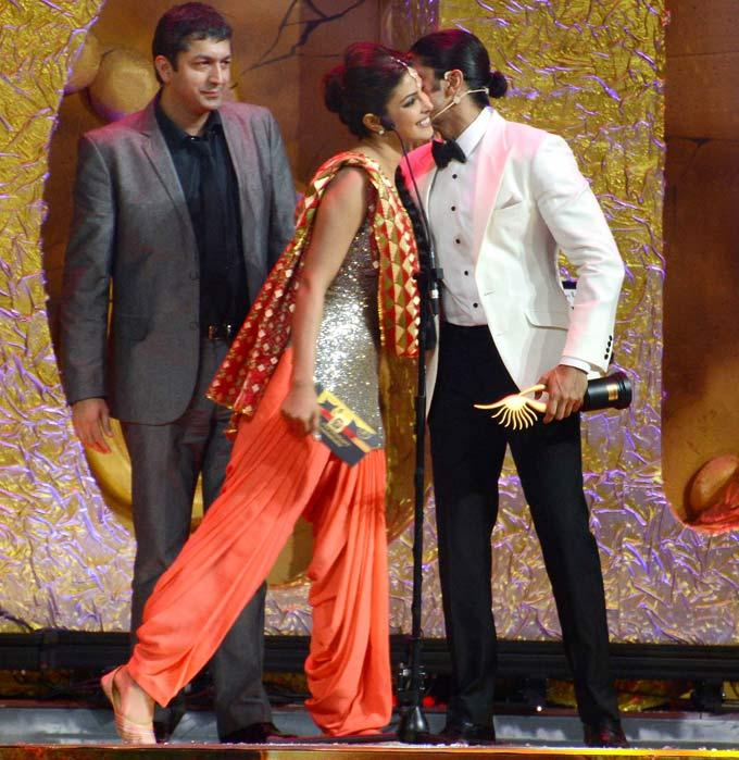 Priyanka Chopra and Farhan Akhtar at IIFA Awards 2012