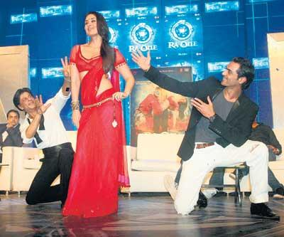Kareena,Arjun and Srk Chomak Challo Dance Pic