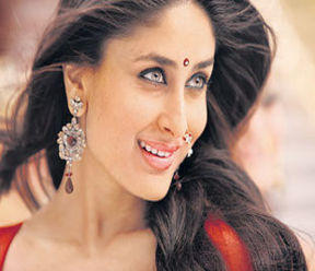 Kareena Kapoor Chamak Challo Song Still