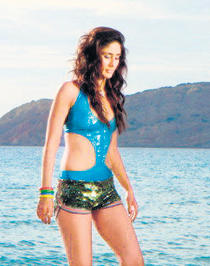 Kareena Kapoor Sexy Swim Wear Still In Tashan