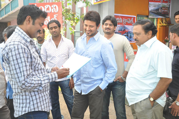 Chandra Mohan And Raja Smiling Still From Athanu Hardware Aame Software Movie Location