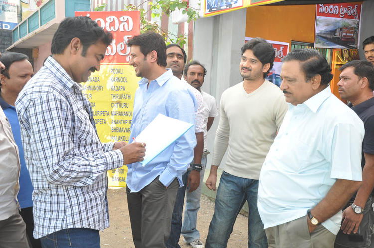 Raja Abel And Chandra Mohan With Team Snapped At Athanu Hardware Aame Software Movie Location