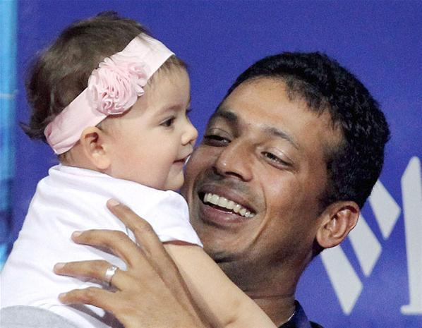 Mahesh With Daughter Saira Enjoying The Action On Day Two Of The Chennai Open 2013