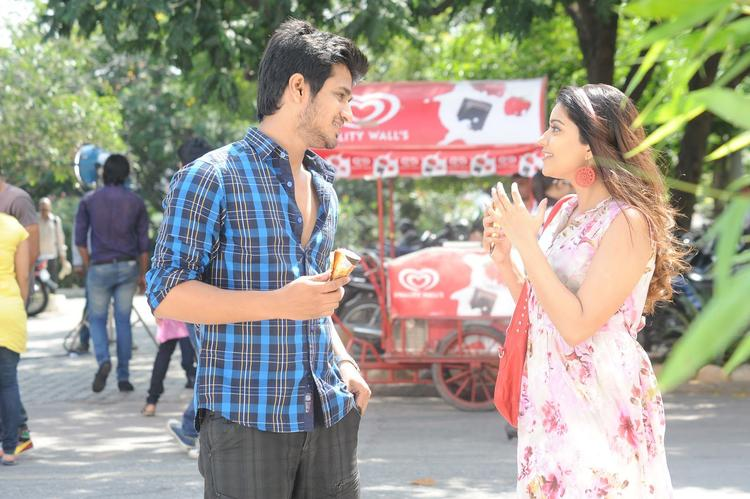 Nikhil And Swati Chatting Still From Telugu Movie Swamy Ra Ra