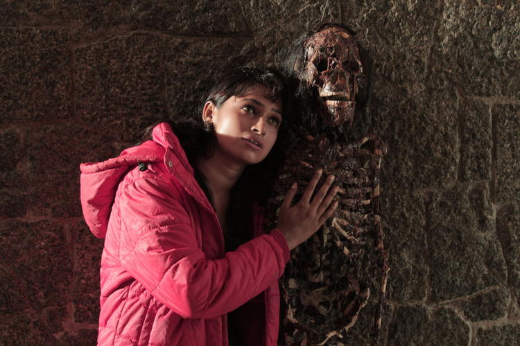 Rithi Mangal Photo Clicked With Human Skeleton From Movie Iddara Bhamala Kougililo