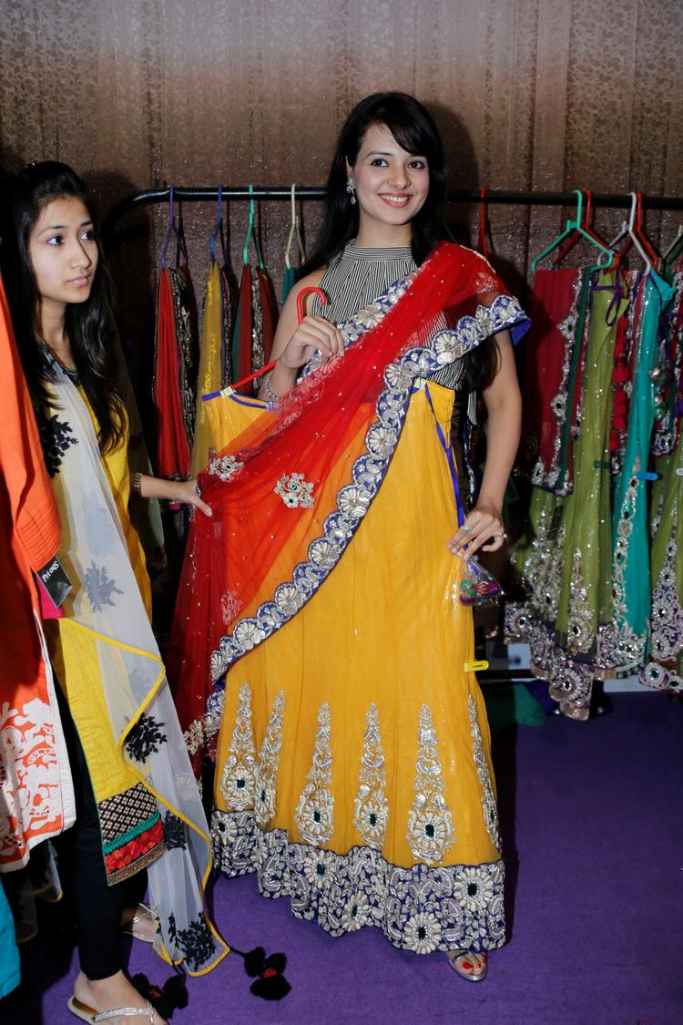 Saloni Aswani Posed For Camera With A Saree At Khwaish Exhibition N Sale