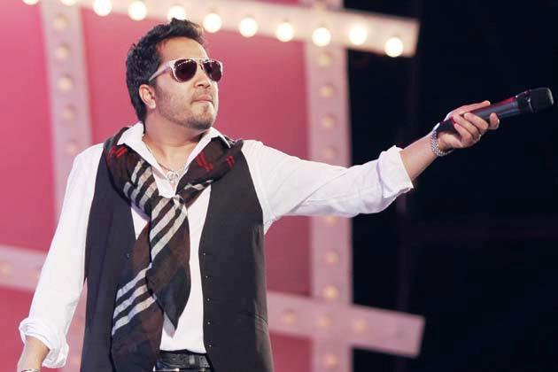 Mika Stunning Song PerformanceAt Glitterati 2013 Aamby Valley City On New Years
