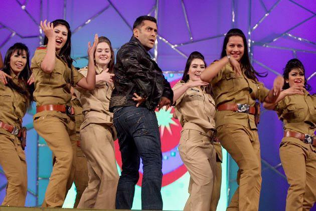 Salman Khan Dance On Dabangg 2 Song At Umang Police Show 2013 At Mumbai