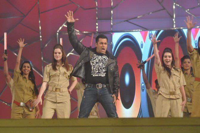 Salman Khan Dashing Performance At Umang Police Show 2013 At Mumbai