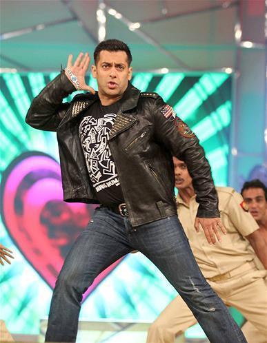 Salman Khan Rocking Performance At Umang Police Show 2013 At Mumbai