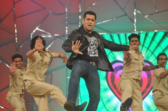 Salman Khan Shake A Leg At Umang Police Show 2013 At Mumbai