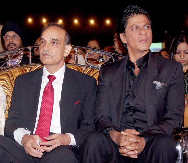 Shahrukh With A Guest Enjoy The Show Photo Clicked At Umang Police Show 2013