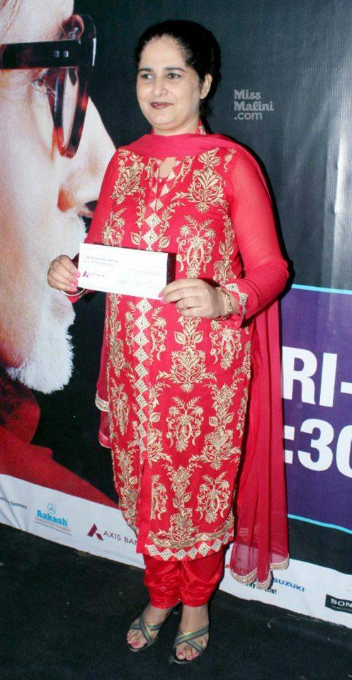 Sunmeet Kaur Posed For Camera With 5 Crore Cheque At Kaun Banega Crorepati Studio