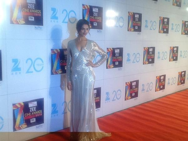 Deepika Sexy Cleavage Show With Smile Photo At Zee Cine Awards 2013