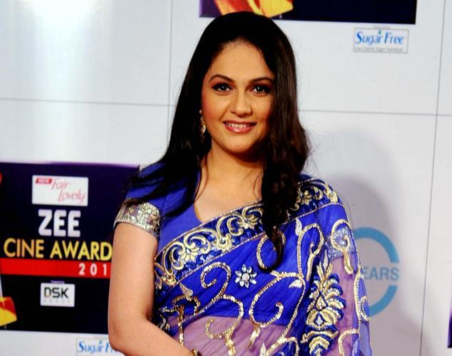 Gracy Singh Looked Sizzling In A Transparent Blue Saree At The Zee Cine Awards 2013 Ceremony