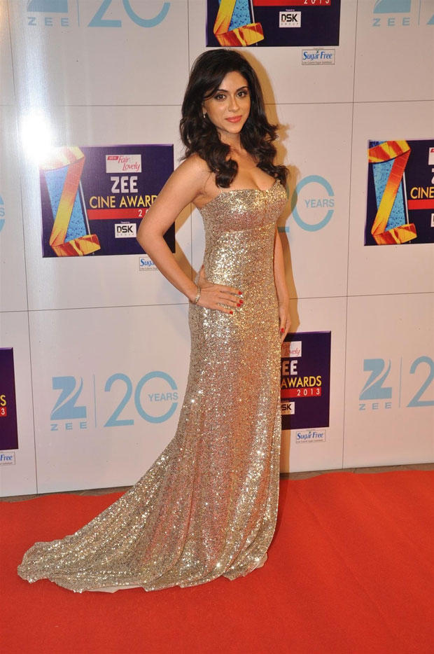 A Hot Celeb In Golden Gown On Red Carpet At Zee Cine Awards 2013