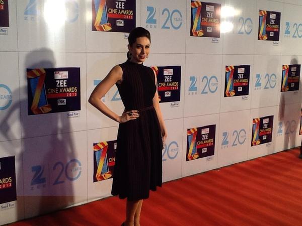 Karishma Kapoor Sizzling Pose On Red Carpet At Zee Cine Awards 2013