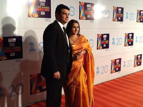 Newlyweds Vidya And Siddharth Posed For Camera On Red Carpet At Zee Cine Awards 2013