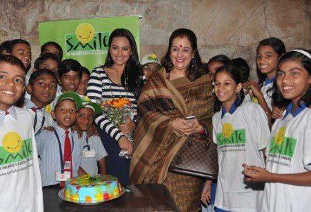 Sonakshi And Mom Poonam With Kids With Kids At Screening Of Dabangg 2 For NGO Kids