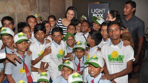 Sonakshi Posed With Kids At Smile Foundation For Screening Of Dabangg 2