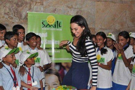 Sonakshi Sinha Enjoyed With Kids At Smile Foundation For Screening Of Dabangg 2
