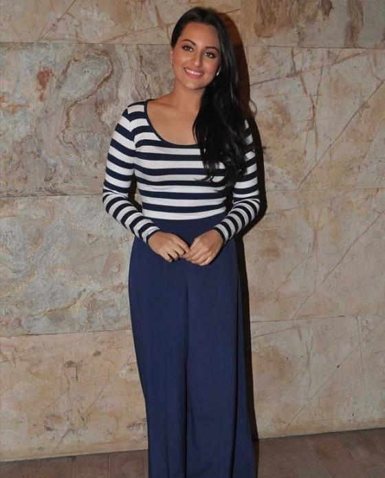 Sonakshi Sinha Posed At Screening Of Dabangg 2 For NGO Kids