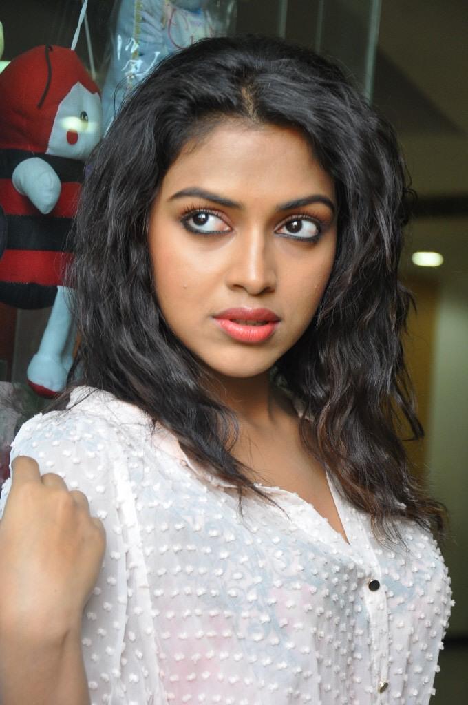 Amala Paul Strikes A Hot Look Pose At Naayak Movie Press Meet