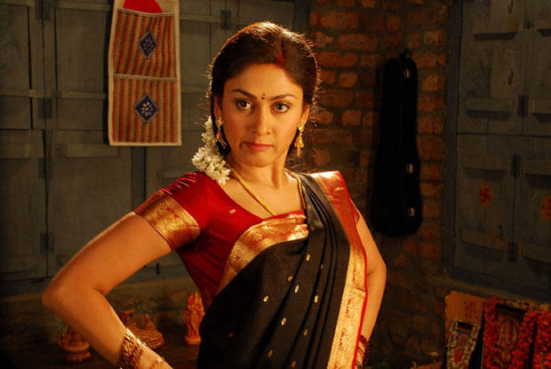 Manjari Phadnis Angry Expression Photo In Saree