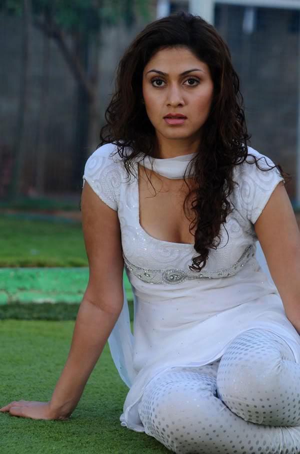 Manjari Phadnis Sexy Cleavage Show Still In White Chudidar