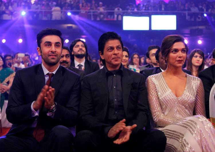 Ranbir,Shahrukh And Deepika Photo Clicked During Enjoy The Show At The Zee Cine Awards 2013