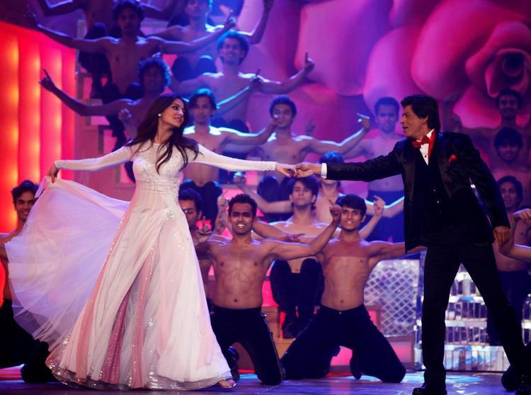 Shahrukh And Anushka Awesome Perfomance At The Zee Cine Awards 2013