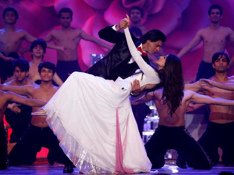 Shahrukh And Anushka Gorgeous Look In Dance At The Zee Cine Awards 2013