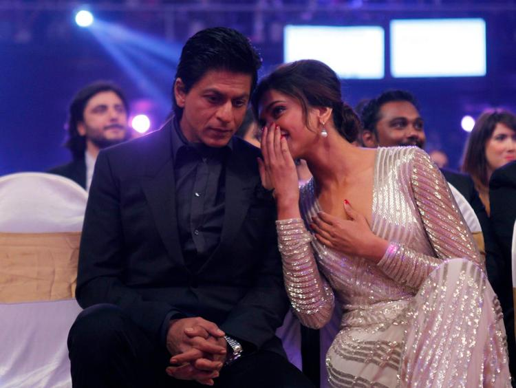 Shahrukh And Deepika Chatting Photo Clicked At The Zee Cine Awards 2013