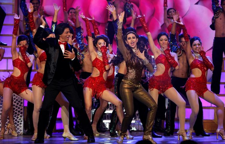 Shahrukh And Karisma Rocking Dance Performance At The Zee Cine Awards 2013