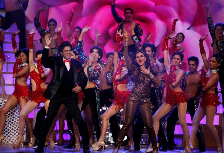 Shahrukh And Karisma Stunning Dance Perform At The Zee Cine Awards 2013