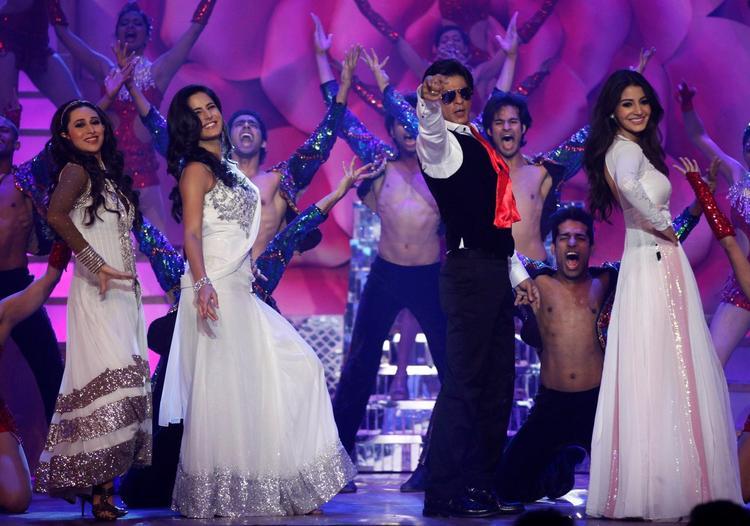 Shahrukh With Karisma,Katrina And Anushka Dance On Stage At The Zee Cine Awards 2013