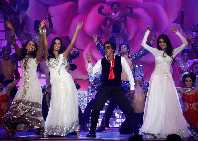 Shahrukh With Karisma,Katrina And Anushka Dashing Performance On Stage At The Zee Cine Awards 2013