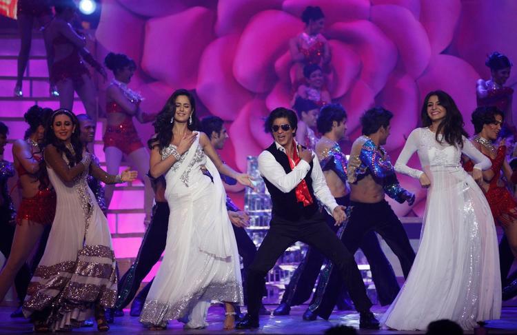 Shahrukh With Karisma,Katrina And Anushka Rock The Stage At The Zee Cine Awards 2013