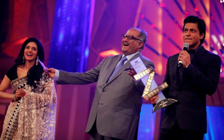 Sridevi,Boney And Shahrukh With Zee Cine Award Trophy At The Zee Cine Awards 2013