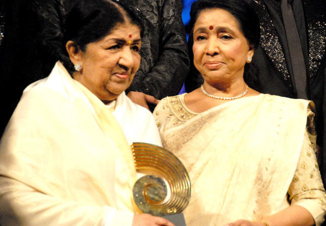 Lata And Asha Photo Clicked With Award