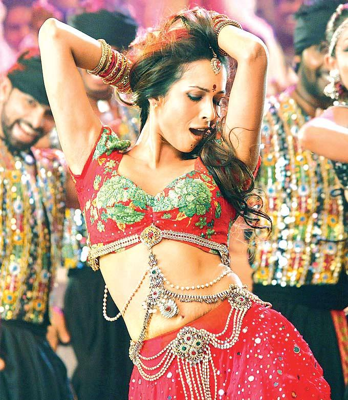 Malaika Arora Khan Hot And Gorgeous Performance In Munni Badnam Hui Song From Dabangg