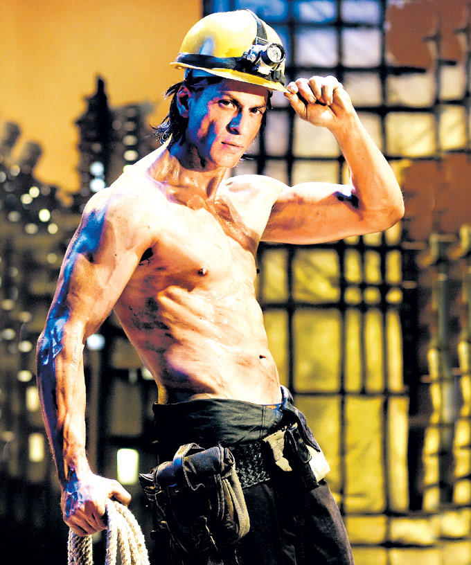 Shahrukh Six Pack Abs Showing Dance Photo From Movie Om Shanti Om