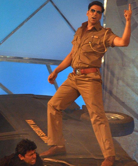 Akshay Kumar Stylish Look Entry At Umang Police Show 2013