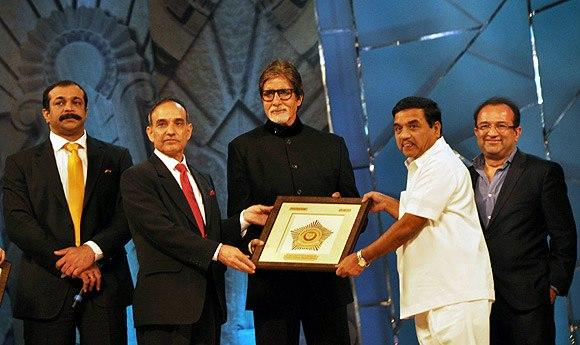 Amitabh Bachchan Received Award Photo At Umang Police Show 2013