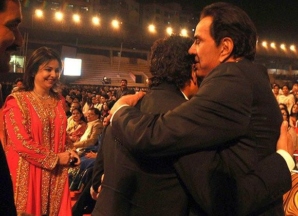 Dharmendra, And Sacin Greet Each Other By Hug At Umang Police Show 2013