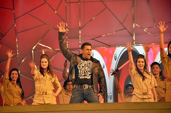 Salman Khan Rocking Performance At Umang Police Show 2013